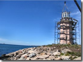 Avery Point Lighthouse receives its new lantern on September 30, 2005